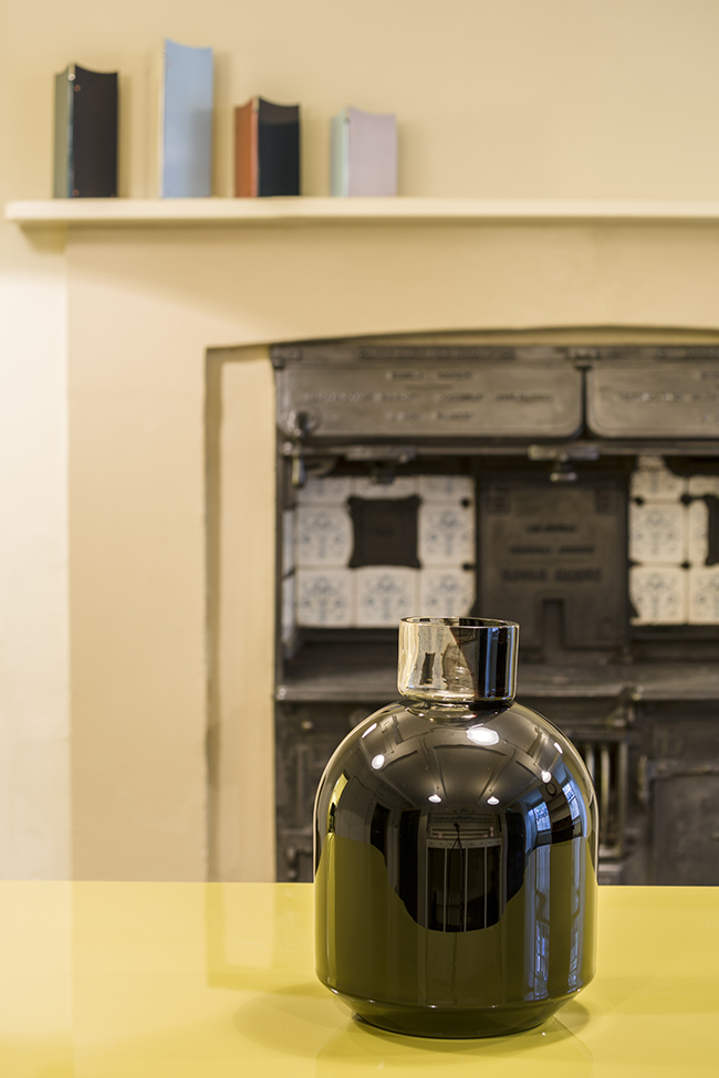 edward-barber-jay-osgerbys-black-port-vase-in-the-soane-museum-front-kitchen-photo-gareth-gardner
